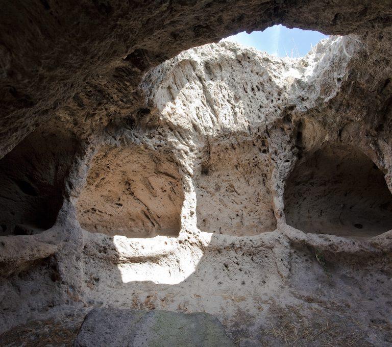Interno Necropoli Is Loccis Santus