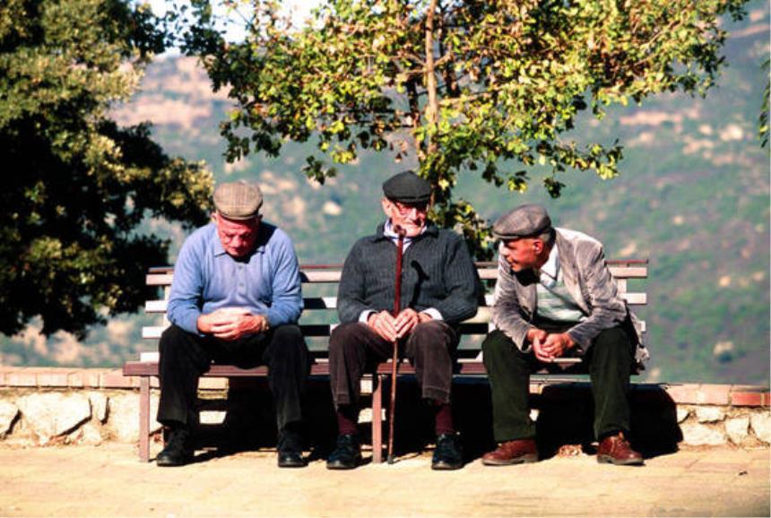 Anziani seduti su una panchina